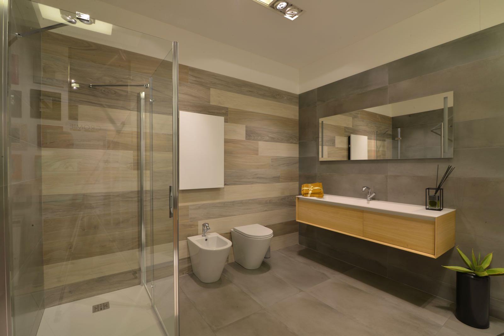 Servizio bagno good arredo bagno moderno with servizio for Vendita arredo bagno